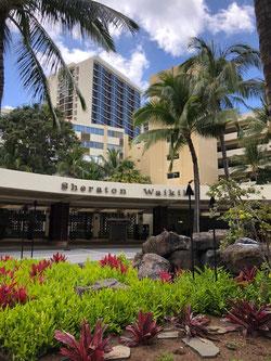 ハワイ オアフ島 ワイキキ、カラカウア大通りを走行中の車内より。日本語貸切タクシー観光ツアーにて