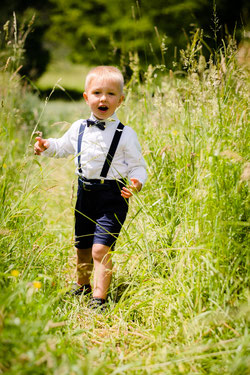 Junge im hohen Gras