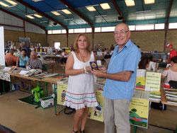 """la médaille """"C'est à lire"""" remise par Marie-Chantal Guilmin, ambassadrice nationale de l'association """"7 à lire"""" à l'occasion du 14e salon du livre de Monclar de Quercy (82)"""