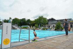 Im Nichtschwimmerbecken dürfen sich maximal 125 Personen gleichzeitig aufhalten, im Schwimmerbecken liegt die Grenze bei 62. (Foto: Marco Fraune)