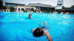 Wann das Becken des Weiler Freibades wieder für Badegäste freigegeben wird, bleibt weiterhin offen. (Foto: Michael Sesiani)