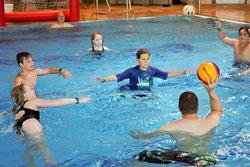 Bei den Temperaturen am Wochenende lockte das Wasser. So zum Beispiel auch zum Mini-Poolballturnier im Sportbecken des Laguna in Weil am Rhein. Foto: Deborah Fritz