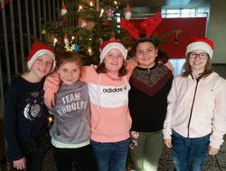 In der 4a zeigten sich auch Weihnachtsfrauen und Rentiere.