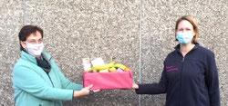 Frau Osbahr vom Förderverein der Grundschule Schlamersdorf und Frau Knauft