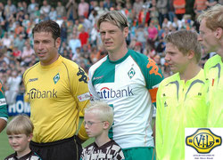 Als Spieler war Tim Borowski öfter zu Gast in Leer. Unser Foto zeigt ihn gemeinsam mit Tim Wiese vor dem Werder-Testspiel gegen eine Ostfriesland-Auswahl im Sommer 2007.