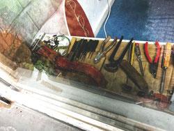 Ein Schaufenster voller Werkzeuge eines Instrumentenbauers in Berlin. Musik erfordert eben viele Hilfsmittel.