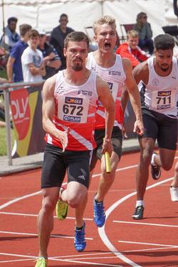 Saisonbestleistung zum Saisonhöhepunkt : Die beiden Sprinter Simon Heweling und Henry Vißer vom LAZ Rhede beim letzten Wechsel der 4 x 100-Meter-Staffel. (Archivfoto)