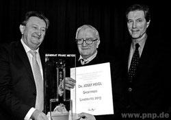 Landrat Franz Meyer und Bürgermeister Franz Lehner mit dem Multifunktionär Sepp Heigl (Foto: PNP)