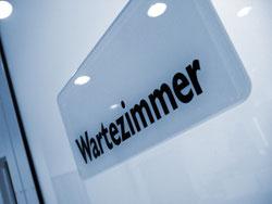 Bis ins Wartezimmer eines Psychotherapeuten sind einige Schritte nötig. Bild: Rainer Sturm/pixelio.de