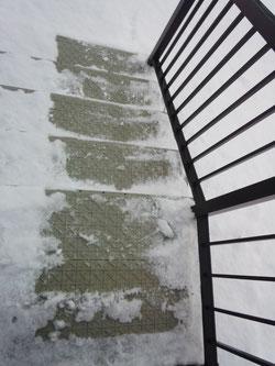 雪氷階段滑り止めマット ばりばり君