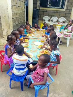 Nur ein kleines Geburtstagsfest für die MiRO-Kinder. Aufgrund von Corona ohne Gäste, aber mit lecker Essen.
