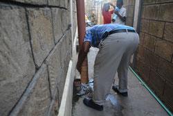 Das defekte Abwasserrohr wird repariert.