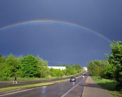 Straße mit Regenbogen