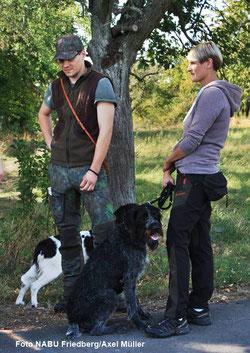 Revierverantwortliche Katrin Schäfer (re) und Michel Lauer mit ihren Jagdhunden
