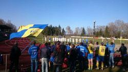 Unsere 1. Mannschaft feiert mit den SGA Ultras den Auswärtserfolg