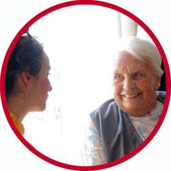 Bewohnerin eines Pflegeheims freut sich sehr über die Clownsvisite von der Clownin Angelina Haug aus Esslingen 2