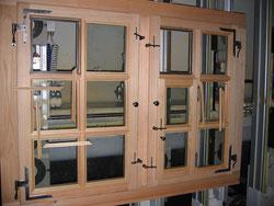 Doppelflügliges Fenster in Lärche vor dem einglasen der IV-Gläser.                         Zusätzlichem kleinen Flügel zum lüften