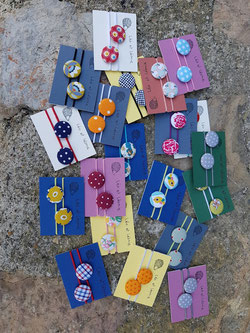 accessoires pour cheveux boutons recouverts artisanalement de tissu et munis d'elastiques