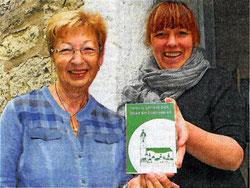 Foto: Michael Groß (TLZ) Pastorin Anne Brisgen (rechts) und Elisabeth Wackernagel  mit der Spenden-Plakette des  Kirchbauvereins.