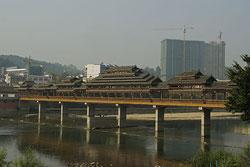 Brücke über den Duliu Fluss.