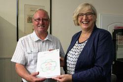 Bei ihrem Besuch in Darfeld hat die Geschäftsführerin der NRW-Stiftung Martina Grote dem Heimatvereien einen Zuschuss überreicht. Foto: wfc