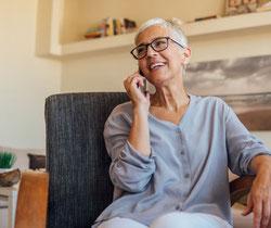 retraitée-active-au-téléphone