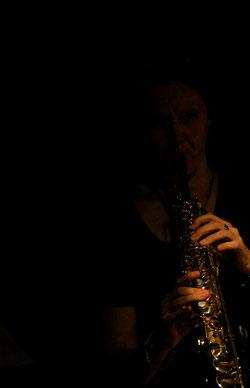 kristina mohr saxofool im Schatten mit Saxophon