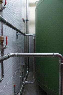 Leitungen innerhalb der Einhausung werden mit der Einblasdämmung gedämmt.