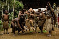 Proceso ritual funerario de los kukukuku. / FOTO: Xakata Ciencia