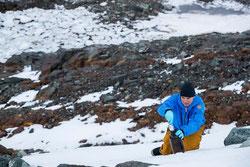 Thilo Maack toma muestras de nieve en la isla Greenwich en la Antártida para detectar contaminantes ambientales. Por: Paul Hilton / Greenpeace