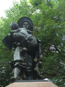 Estatua de Miguel de Mañara en los jardines frente al Hospital de la Caridad. ©María Sánchez Mellado