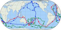 Los tres viajes del capitán Cook, en color rojo (primero), verde (segundo) y azul (tercero). la línea azul discontínua marca el recorrido posterior a su muerte. Fuente: Wikimedia