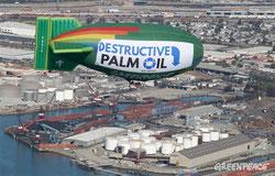 Dirigible de Greenpeace con un mensaje en contra del uso del aceite de palma. Foto: © Greenpeace