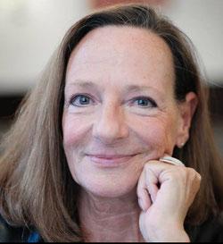 Buchautorin Livia Klingl lächelt in die Kamera