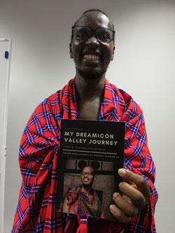 "Kaloi Duncan Saitoti präsentiert sein Buch ""My Dreamicon Valley Journey""."