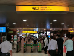浜松町駅南口改札をでて、まっすぐ左に向かって進んでください