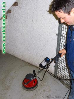 Mark Gjuraj Geschäftsführer und Arbeitgeber mit der Spezialreinigungsmaschine für hartnäckigen Schmutz
