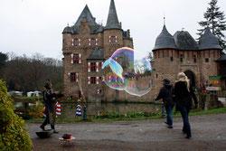 24 Mann und Leute mit Seifenblasen/Man and people with soap bubbles