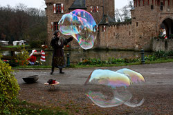 23 Mann mit Seifenblasen/Man with soap bubbles