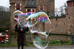 22 Mann mit Seifenblasen/Man with soap bubbles