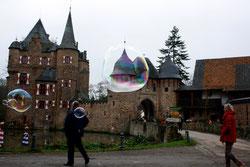 28 Leute mit Seifenblasen/People with soap bubbles