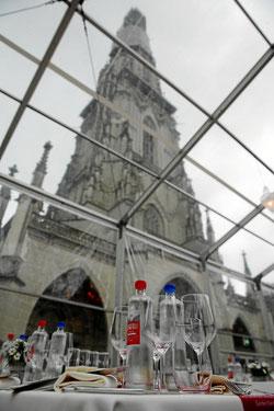 Blick aufs Münster durch das durchsichtige Zeltdach.