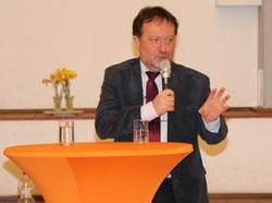 Michael Szentei-Heise bei seinem Vortrag im Stiftssaal von St. Margareta (Foto: A. Fröhling)