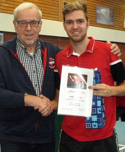 Der Vorsitzende Siegfried Furchert (li.) gratuliert Nico Beck.