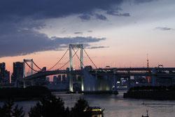 夕焼けに染まるレインボーブリッジ