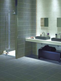 Bad Fliesen, Dusche gefliest, Spiegel auf Keramikfliesen Besuchen Sie unsere
