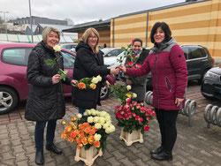 v.l.n.r.: Anita Freytag, Katja Simon und Dr. Carolin Lehberger verteilten Rosen auf dem Walter-Wagner-Platz zum Weltfrauentag