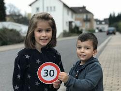 Auch im Herzen von Buchschachen, der Wasserwerkstraße, wird gerast :-( Leonie und Nico Lehberger finden das doof und zeigen euch die 30 :-)