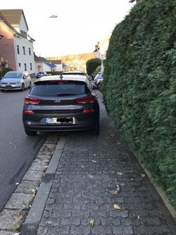 Wie soll hier jemand vorbeilaufen können?! In Buchschacher Straße unterhalb der Kurve Untere Schulstraße ein sehr gefährlicher Ecken, um als Fußgänger/-in auf der Straße das Auto umrunden zu müssen.