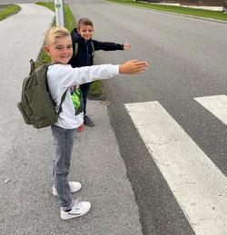 Luis Besch (links) und Ben Böing aus Riegelsberg gehen zu Fuß in die Pflugscheidschule.